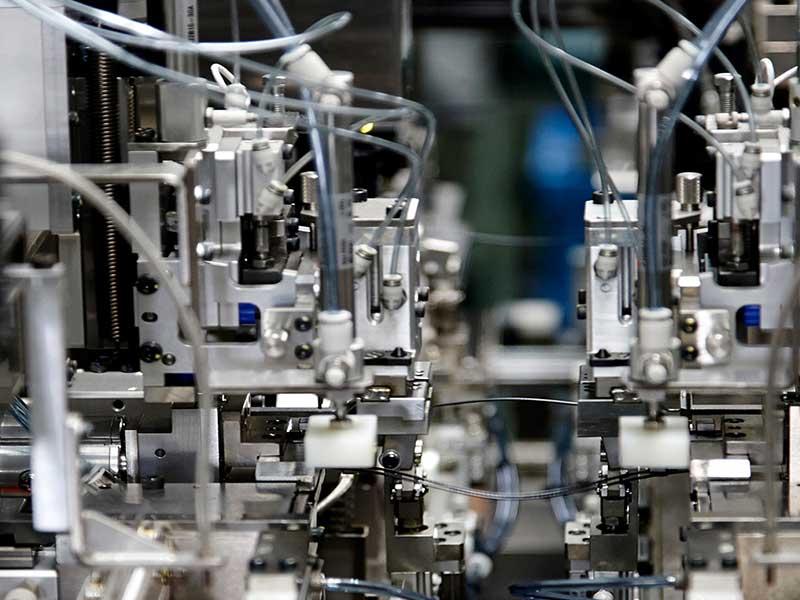 最新のロボット・機械を導入し 自動化を推進